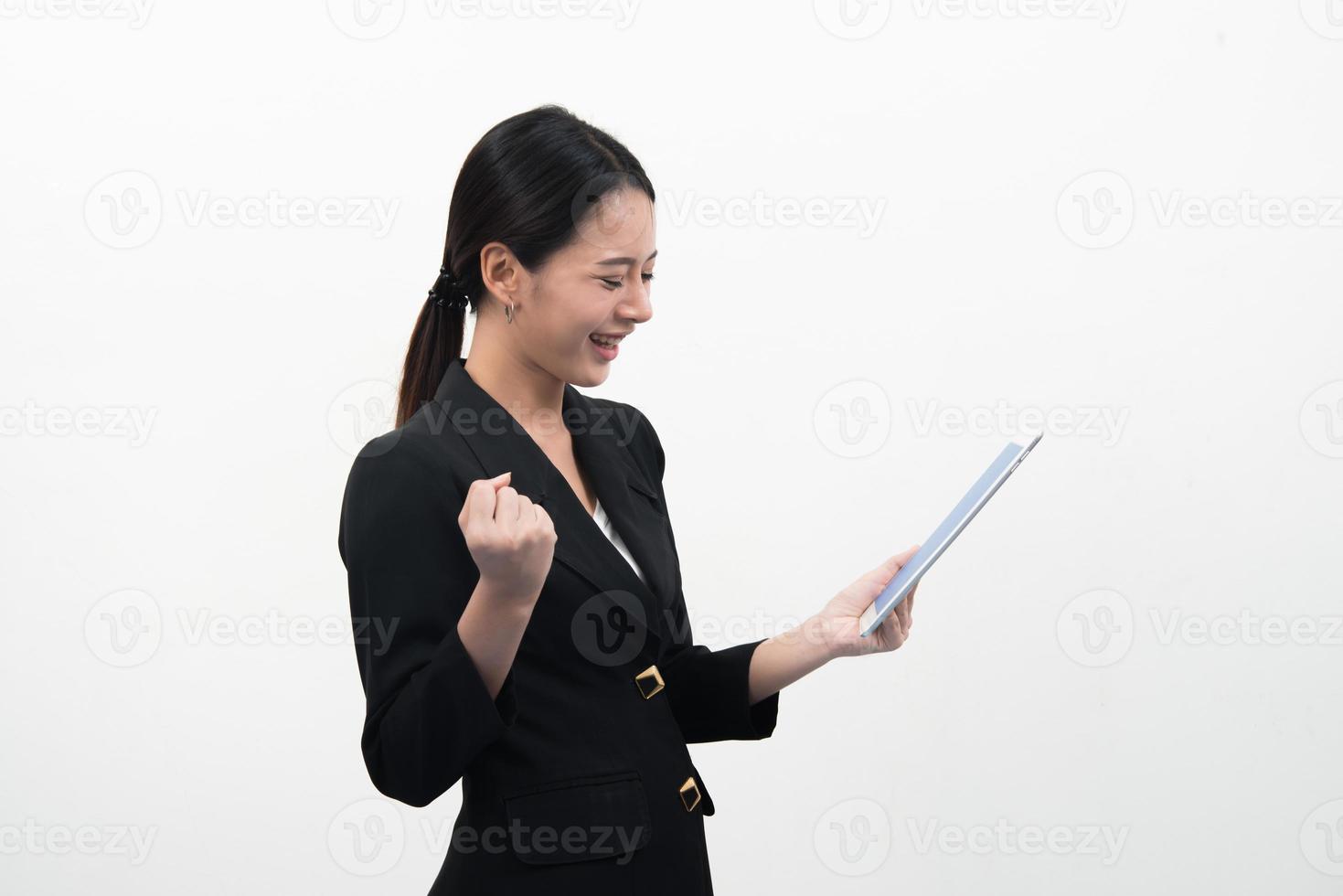 sonriente joven mujer de negocios utiliza un tablet pc aislado sobre fondo blanco. foto