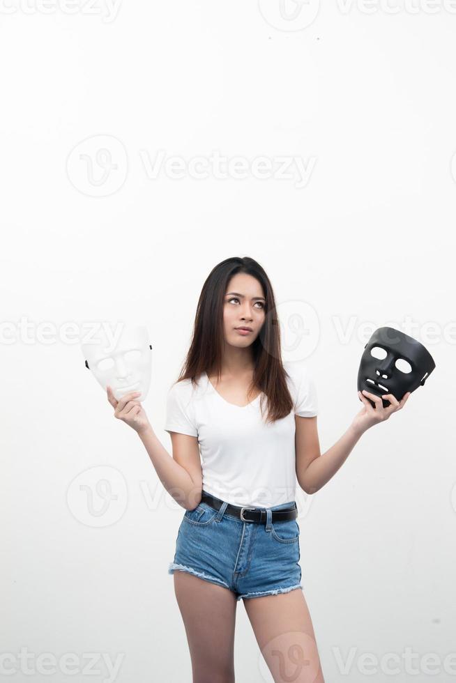 hermosa joven asiática aislada sobre fondo blanco foto