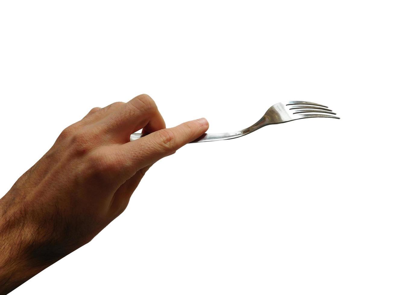 Mano sujetando un tenedor de madera aislado en fondo blanco. foto