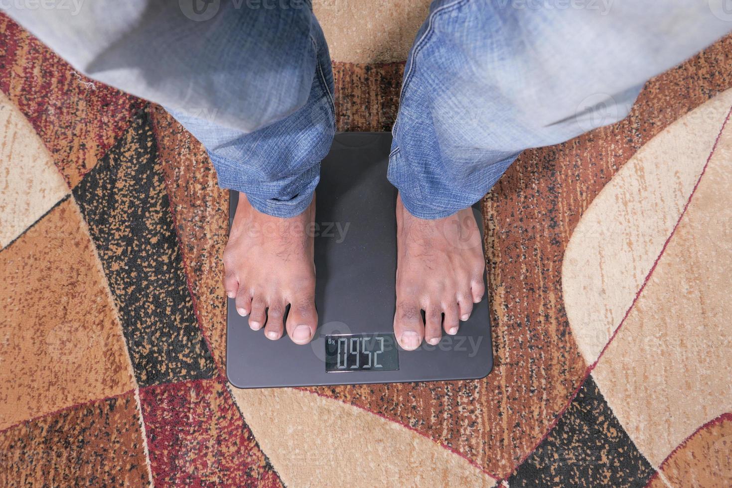 pies de hombre en una balanza foto