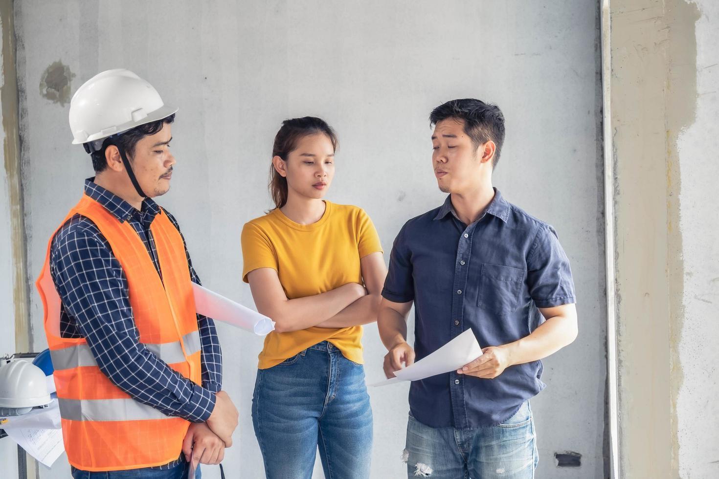 jóvenes ingenieros asiáticos construyendo una casa foto