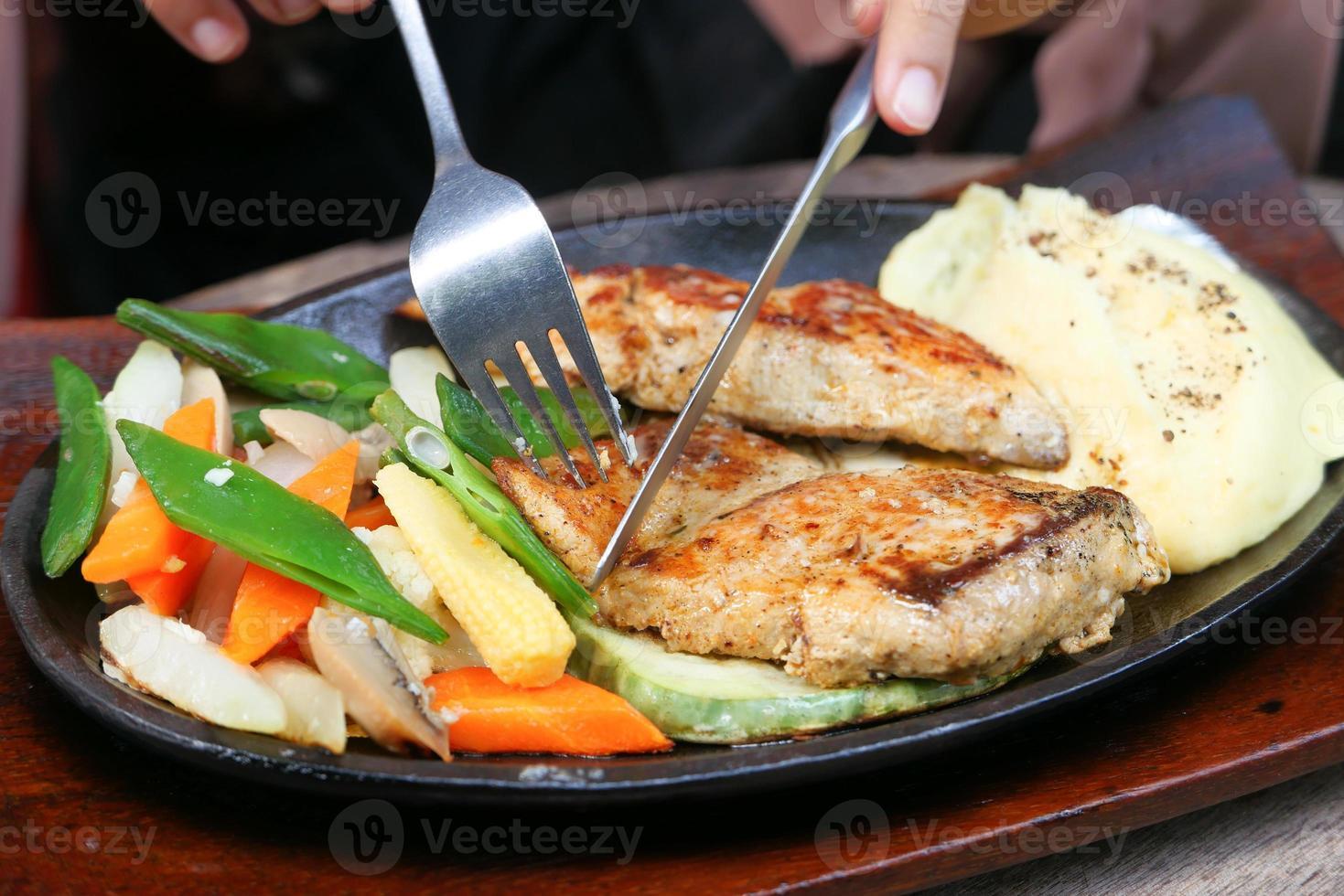 carne a la parrilla con verduras foto