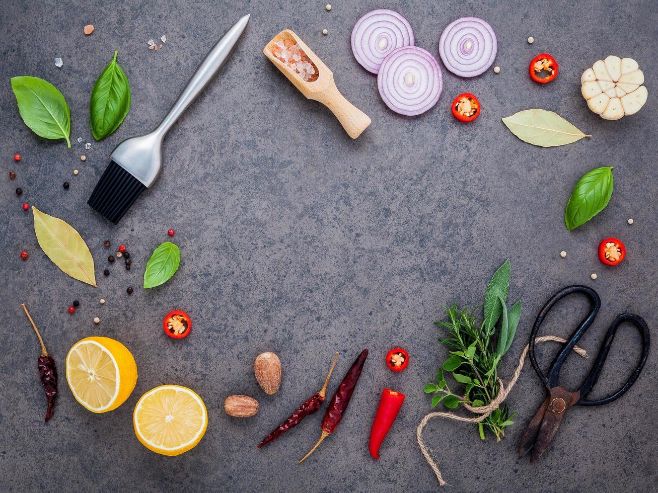 ingredientes frescos para cocinar en piedra oscura foto
