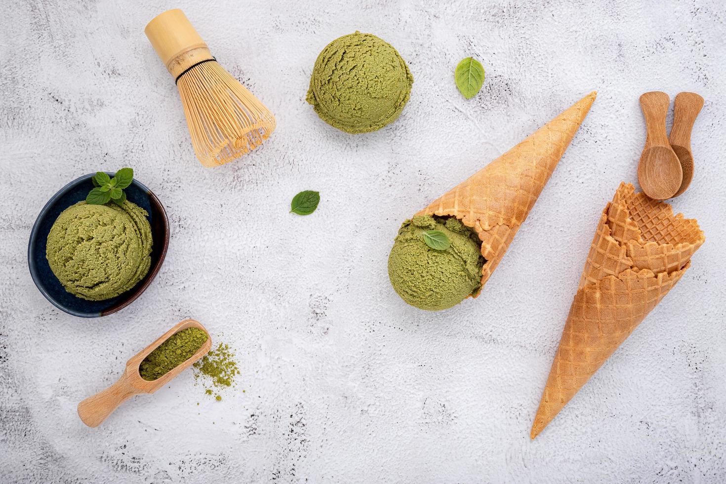 Helado de té verde matcha sobre un fondo gris foto