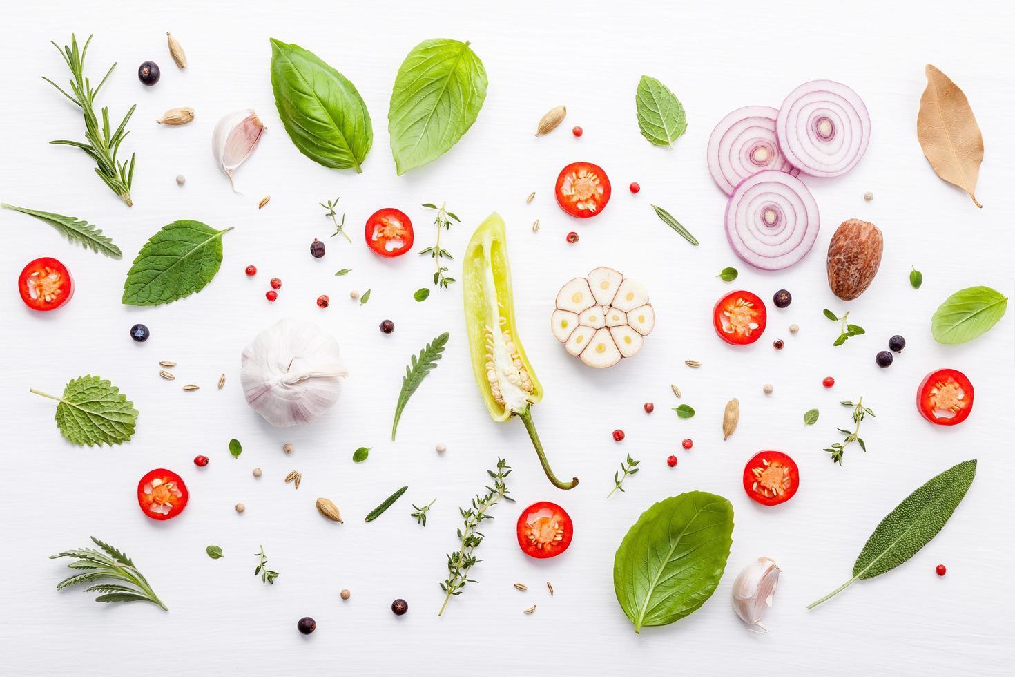 Sentar planas de ingredientes italianos en blanco foto