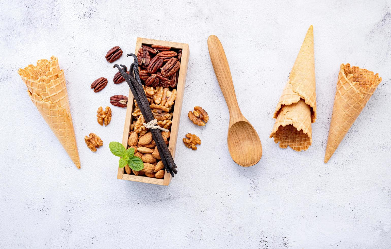 nueces y conos de helado foto