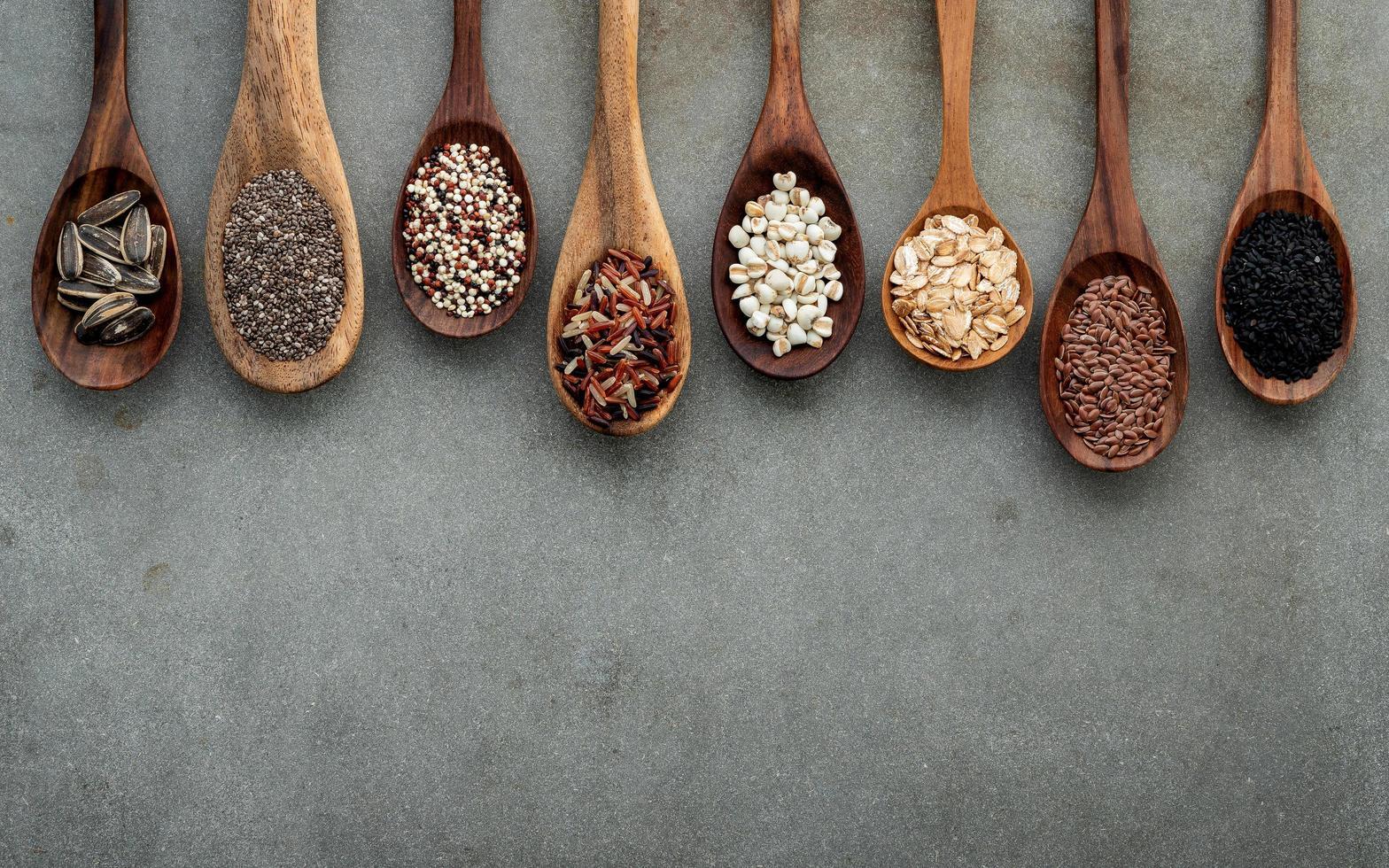 cucharadas de granos sobre hormigón foto