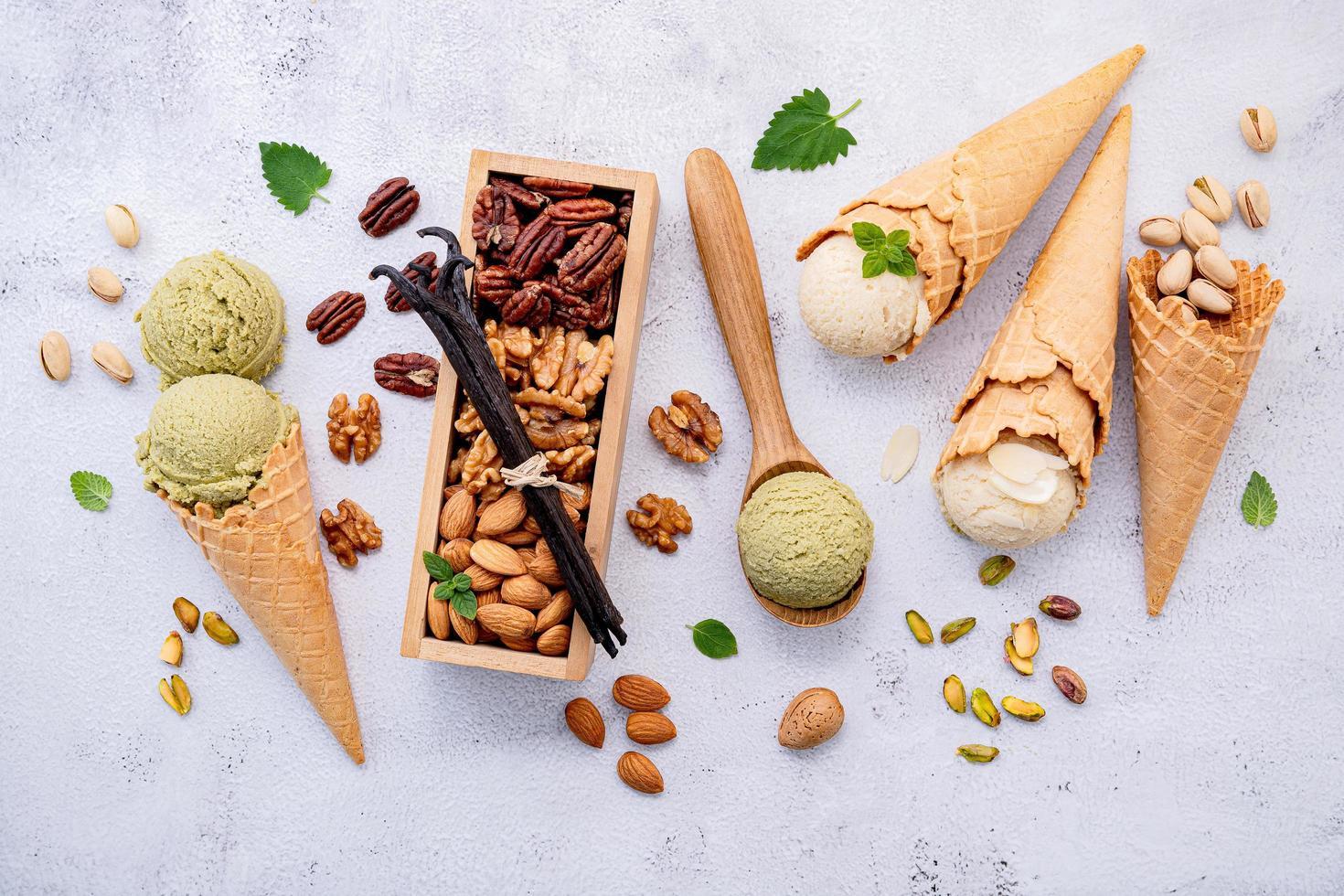 helado y nueces foto