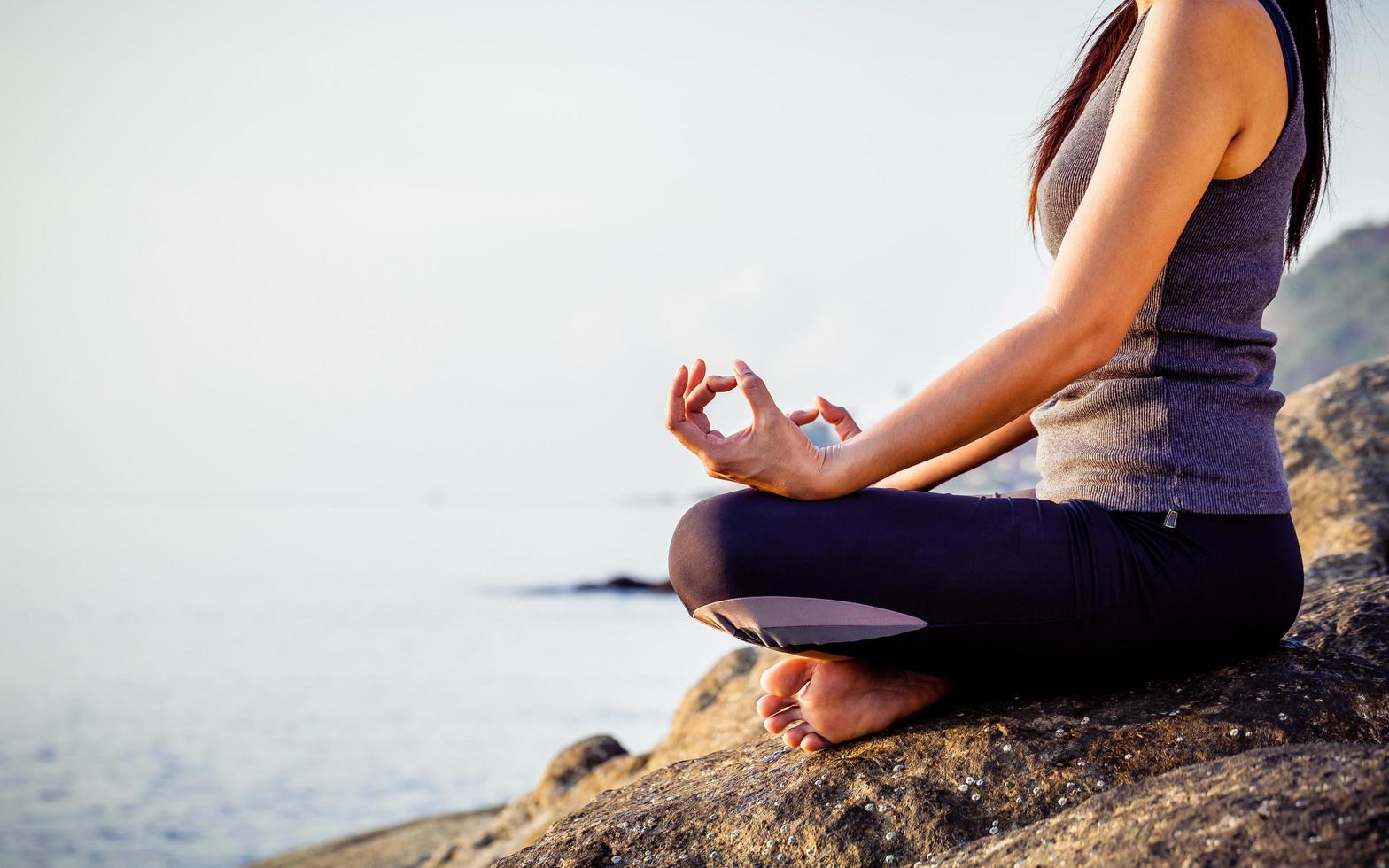 mujer meditando en la playa foto