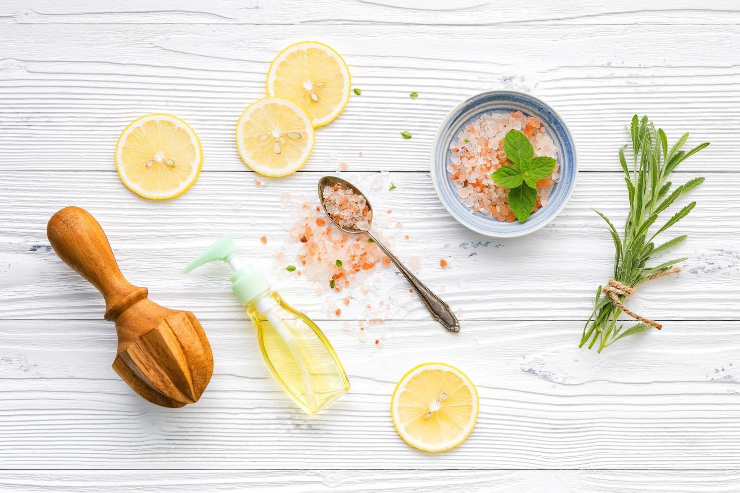 cuidado de la piel con sal, limón y romero foto