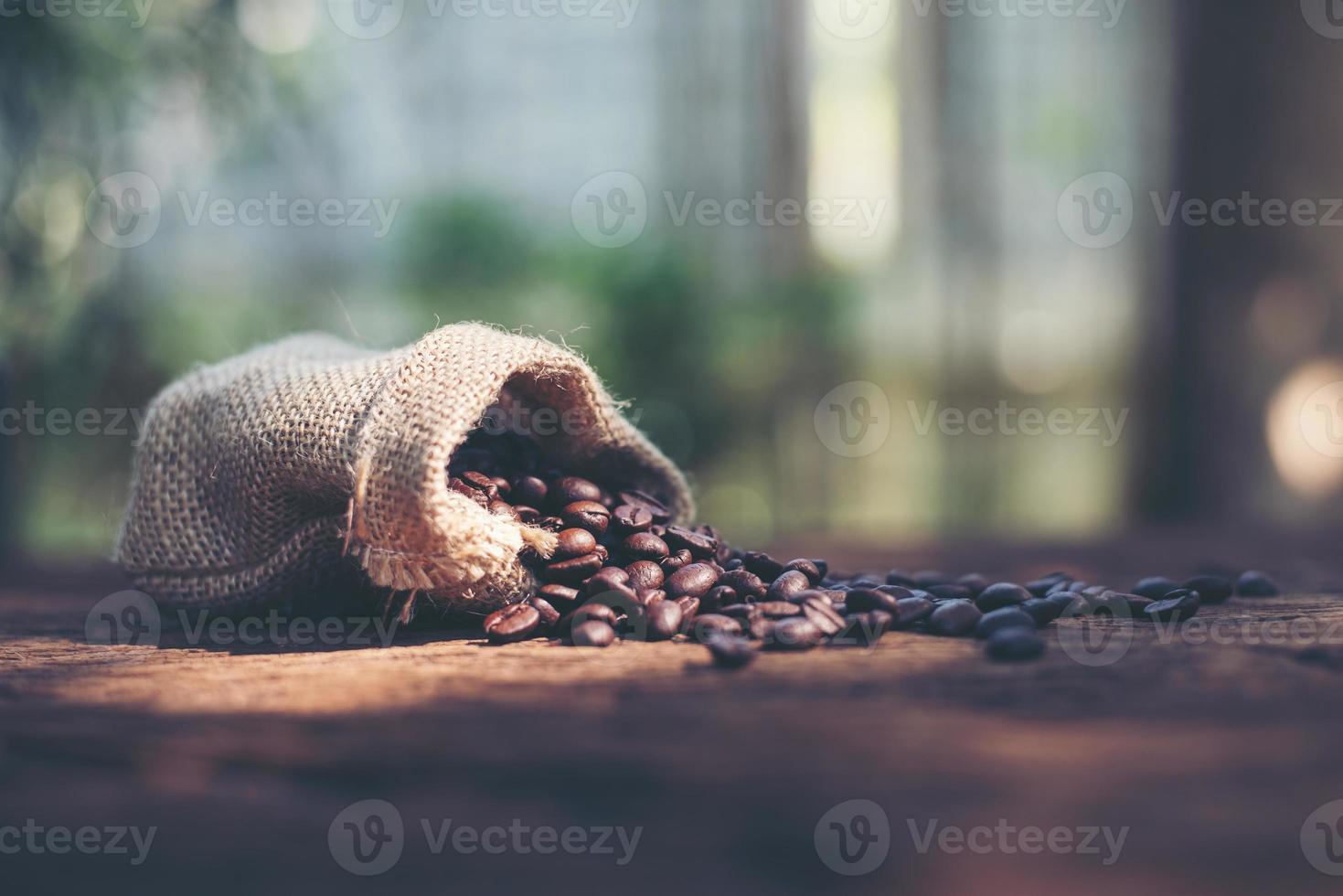 granos de café en bolsa foto