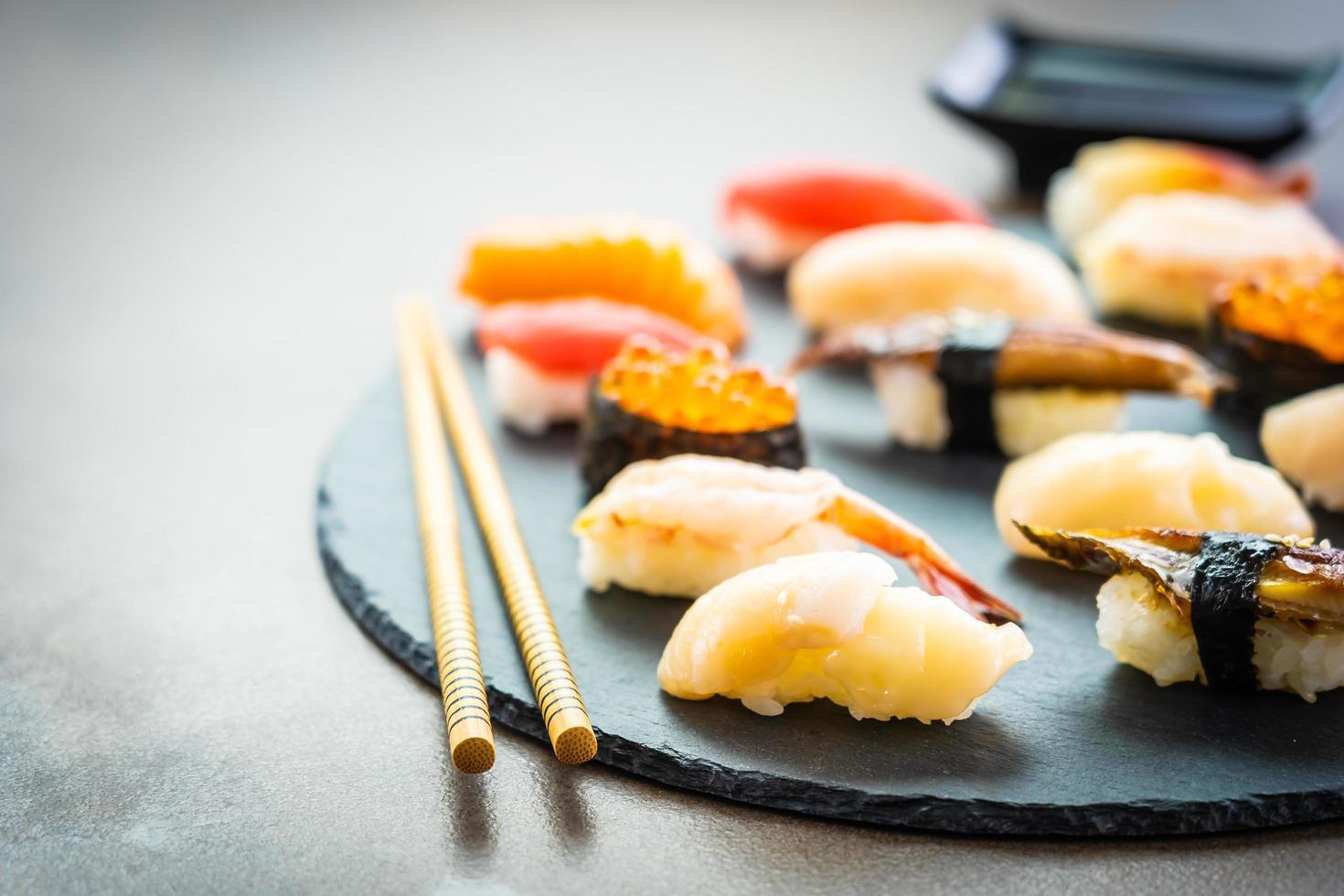 sushi nigiri con salmón, atún, camarones, langostinos, anguila, concha y otros sashimi foto