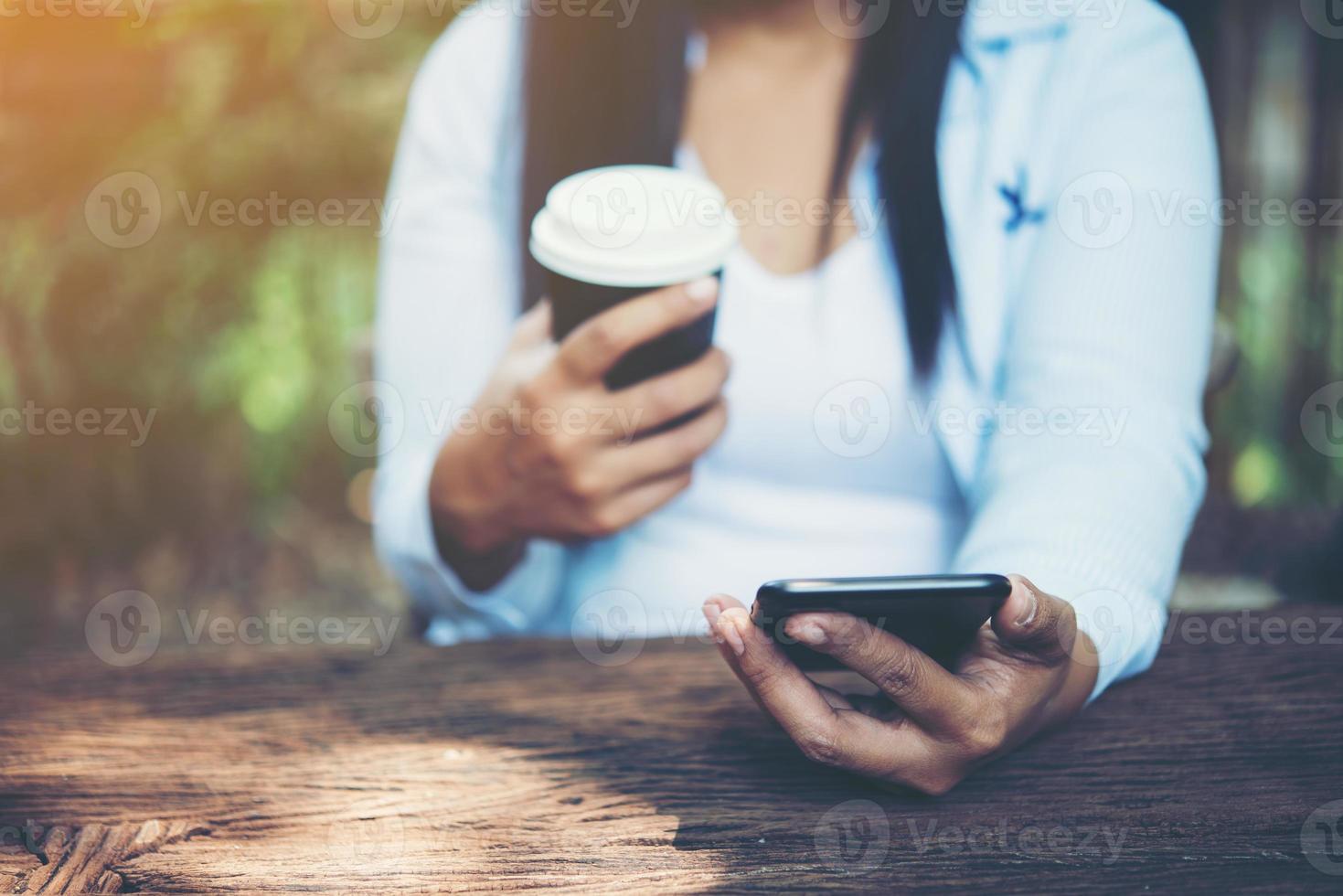 mano de mujer sosteniendo un teléfono inteligente foto