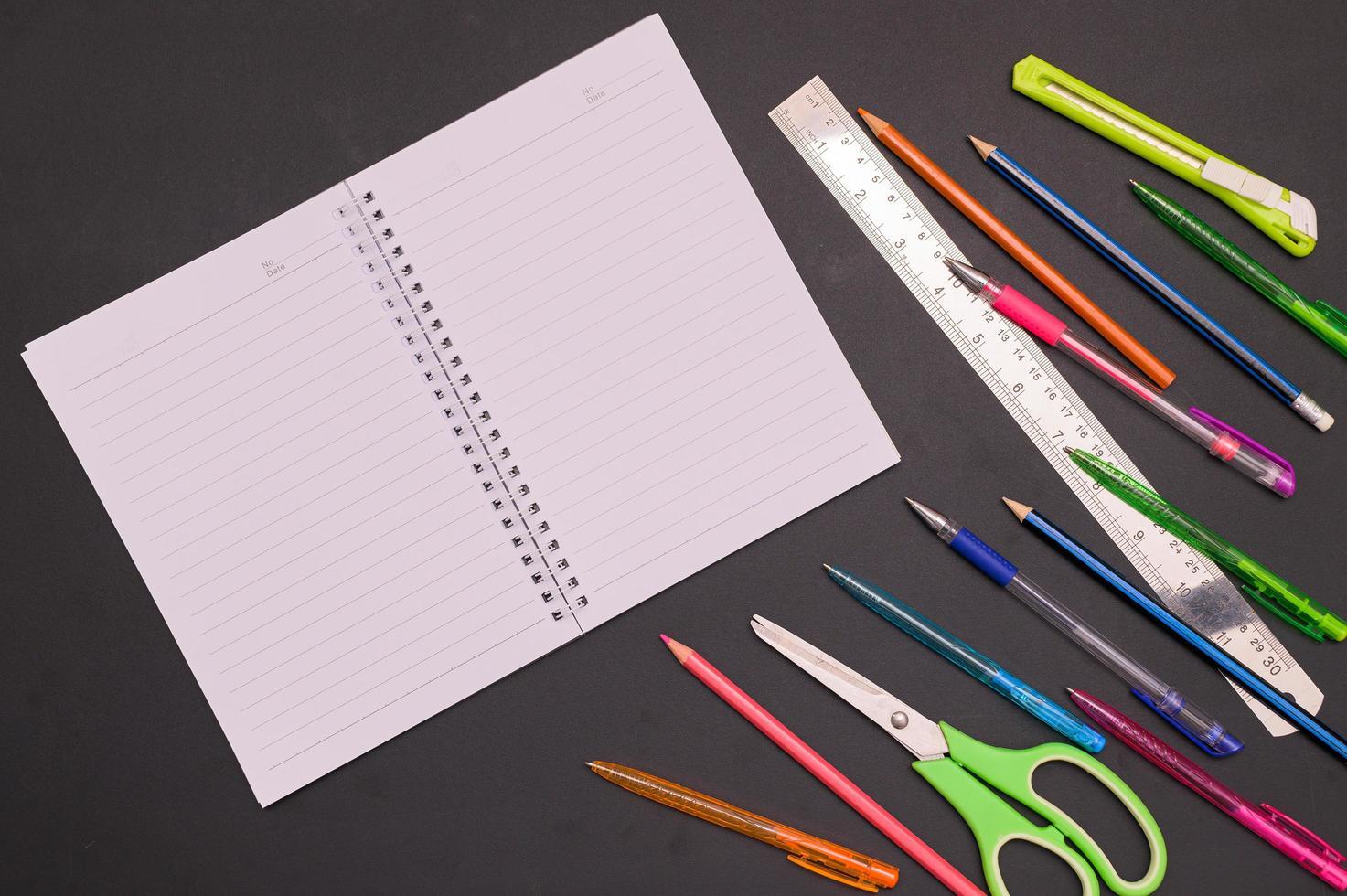 fondo de cuaderno y papelería de regreso a la escuela foto