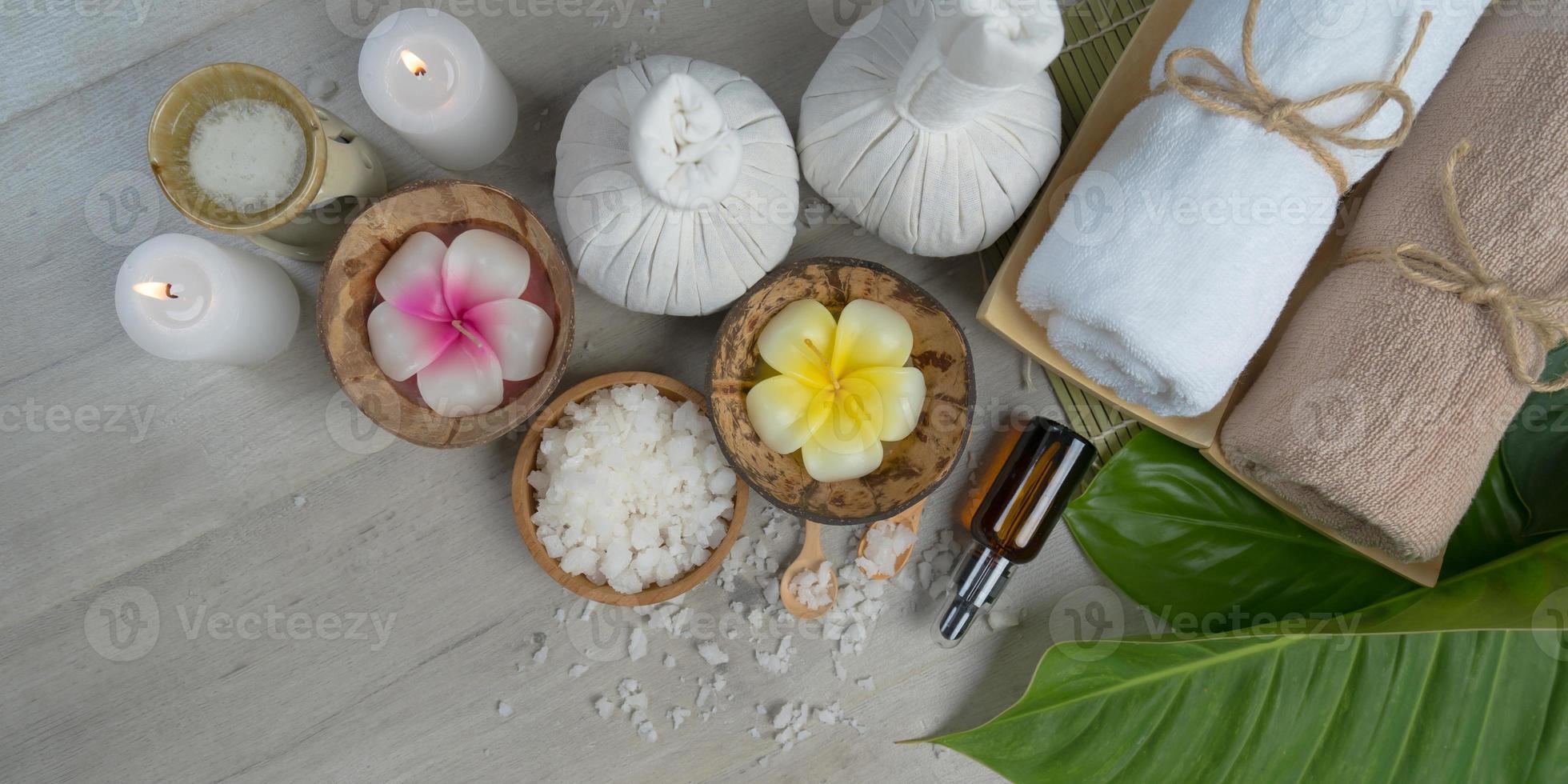 vista superior, composición del tratamiento de spa en la mesa de madera foto