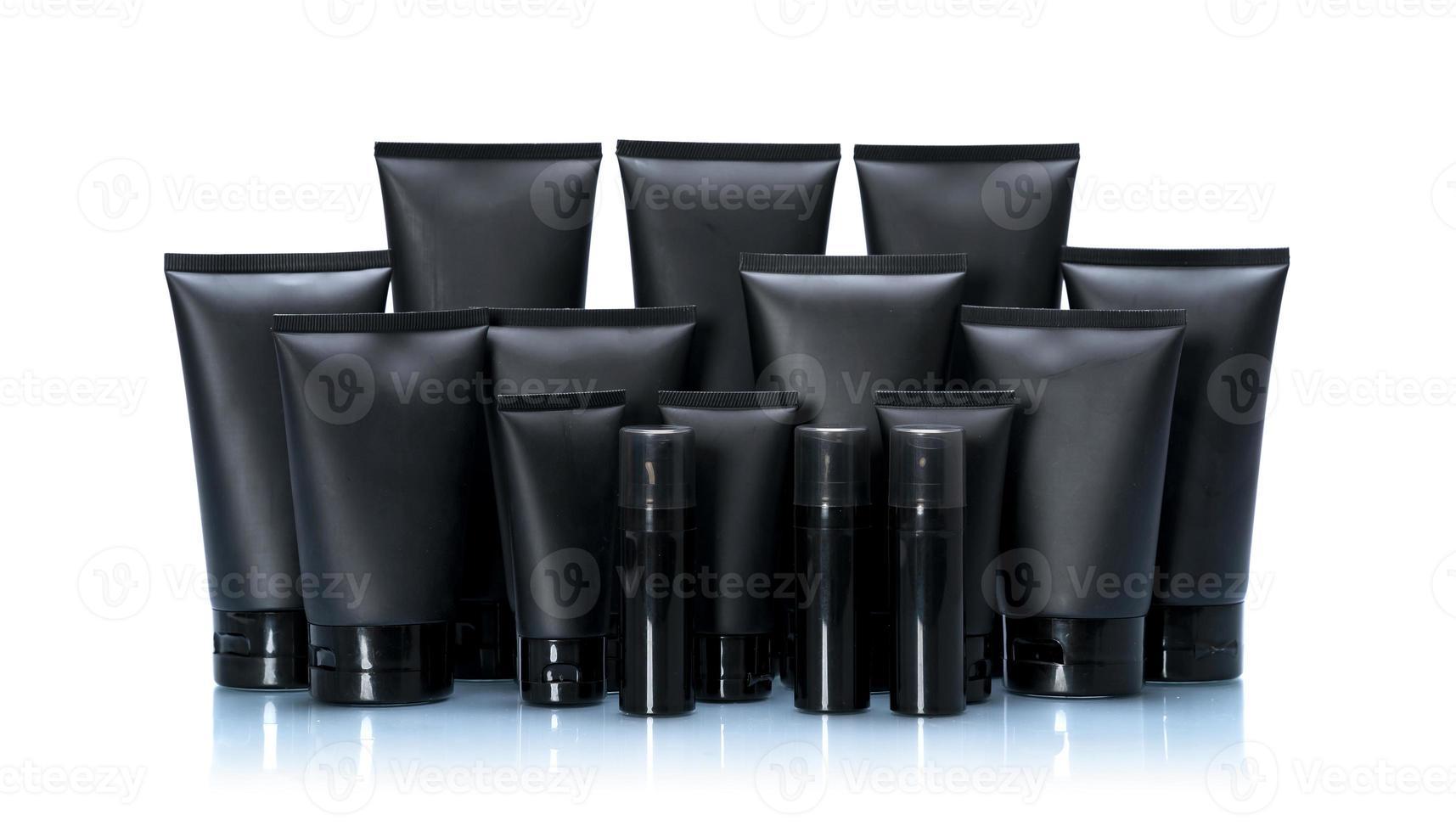 Conjunto de paquete de maqueta de tubo cosmético negro aislado sobre fondo blanco. foto