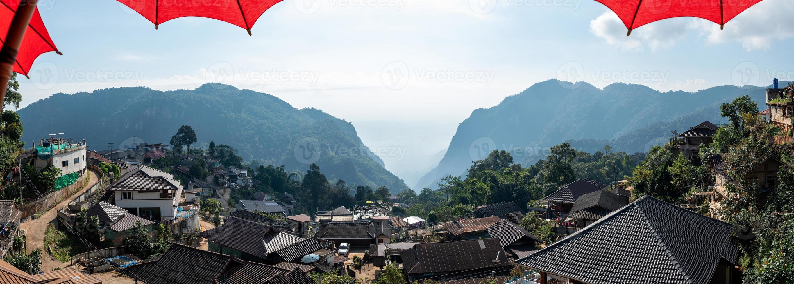 Vista panorámica de la aldea de Phahee con montañas en Chiang Rai, Tailandia foto