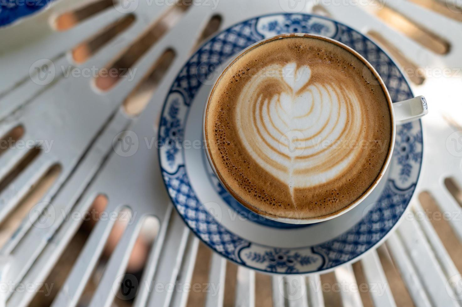latte art en una taza de café en la mesa plana laical foto