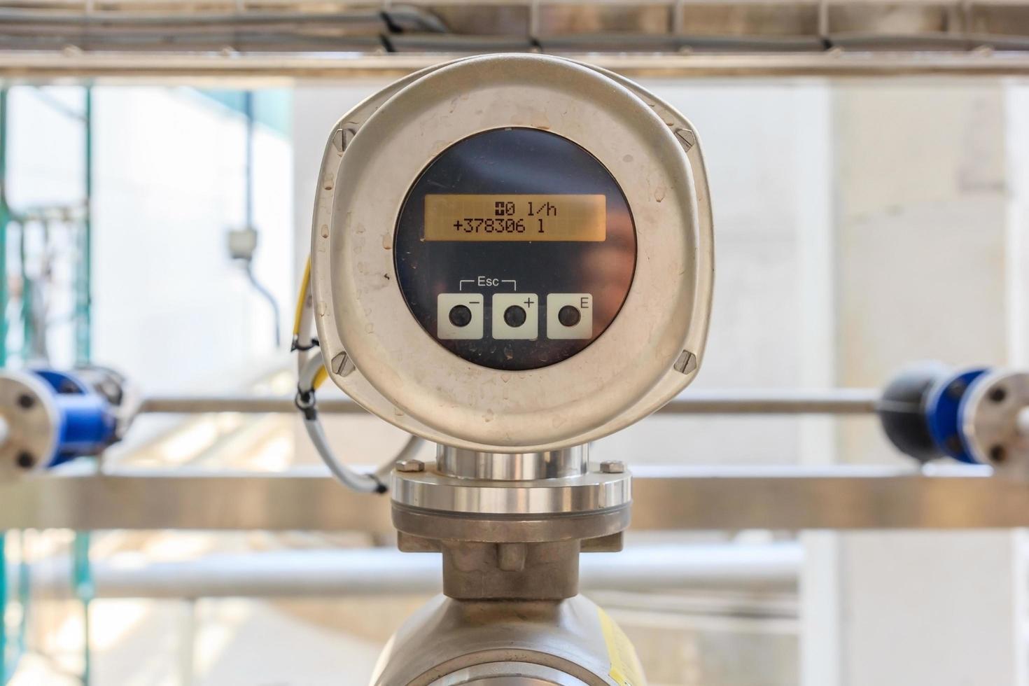 Sistema de medidor de flujo en tubería de fábrica. foto