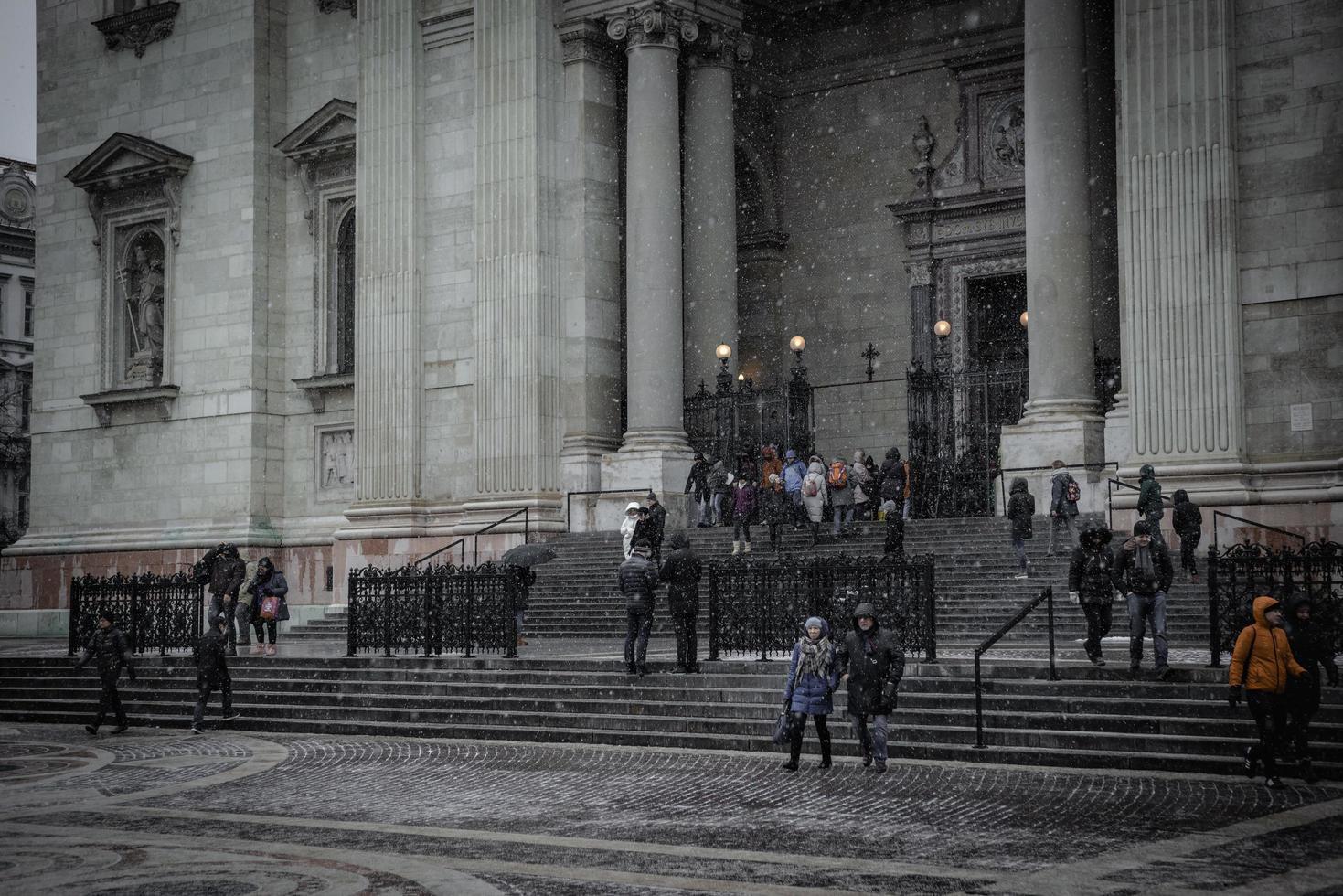 budapest, hungría 2019-- gente en las escaleras de st. basílica de stephen foto