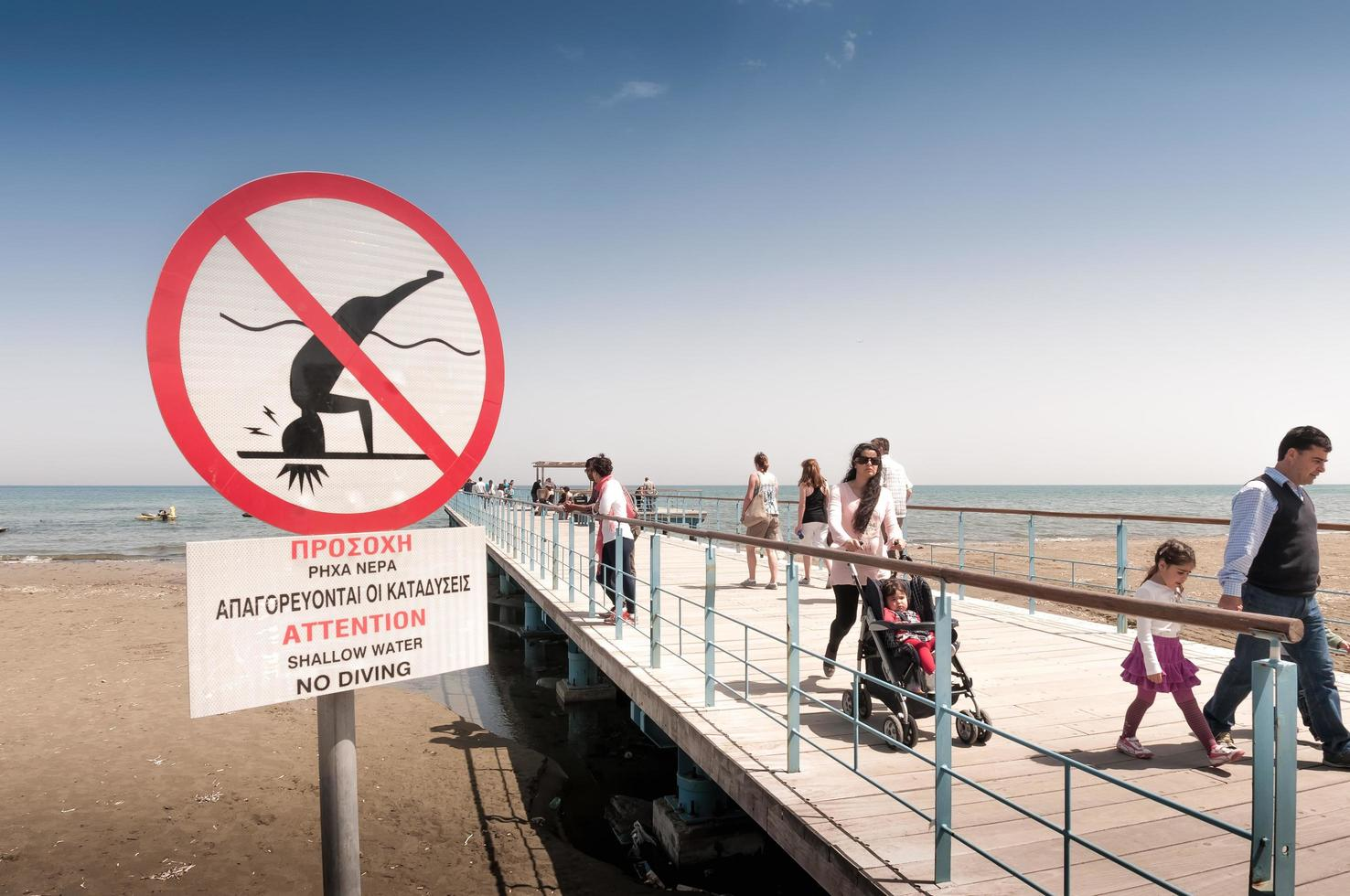 Chipre 2012-- gente en el muelle de la plaza del castillo en larnaca foto