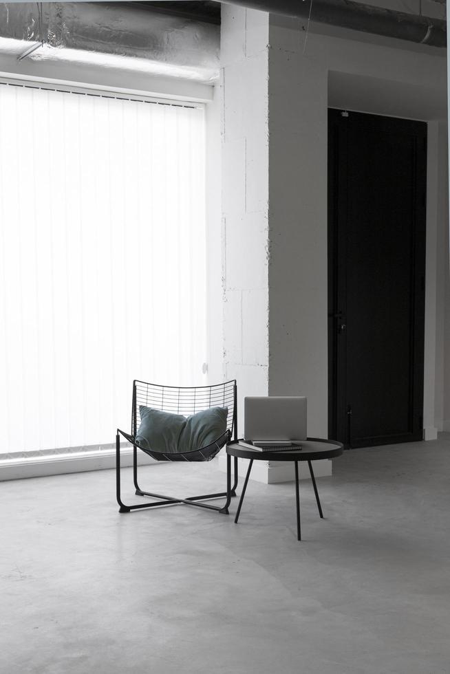 sillas en un cuarto oscuro foto