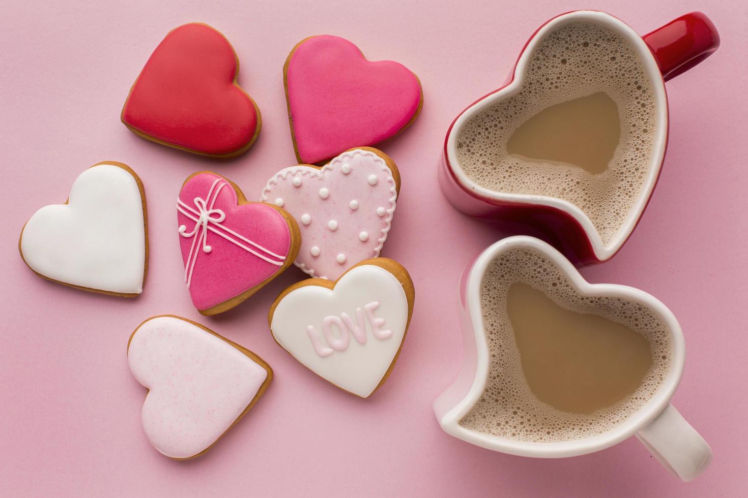 Vista superior del café y las galletas de San Valentín. foto