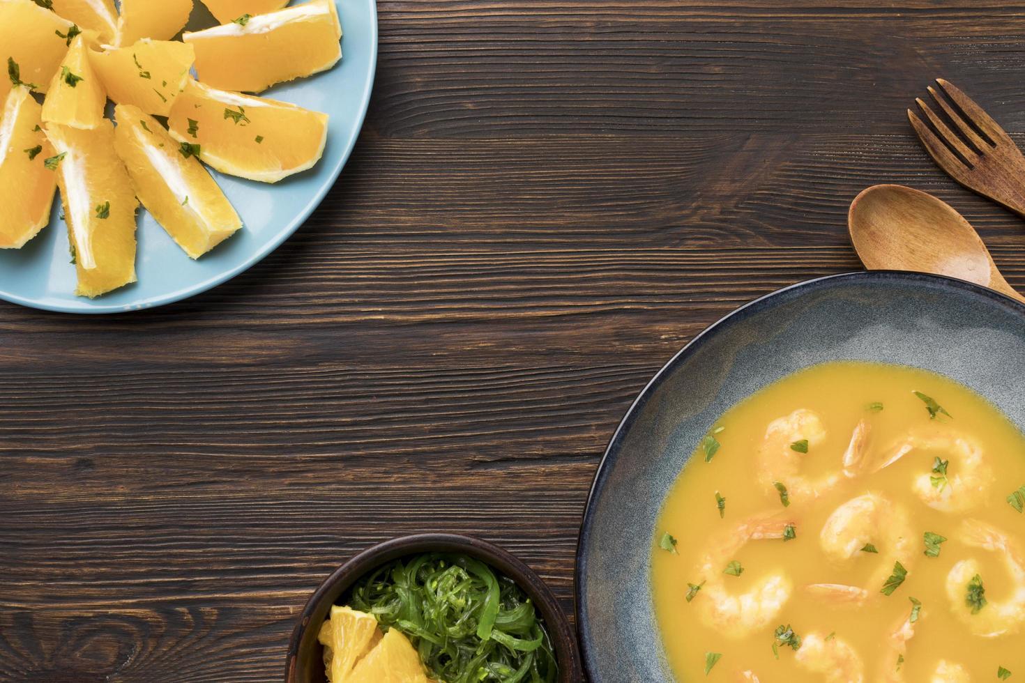 vista superior de sopa de camarones foto