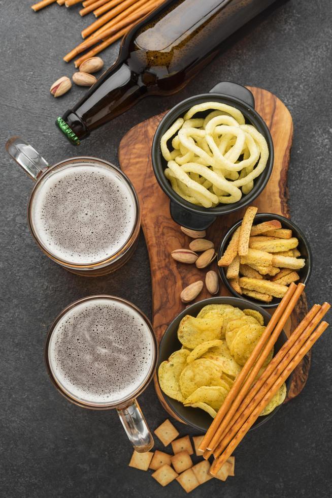 vista superior de bocadillos y cerveza foto