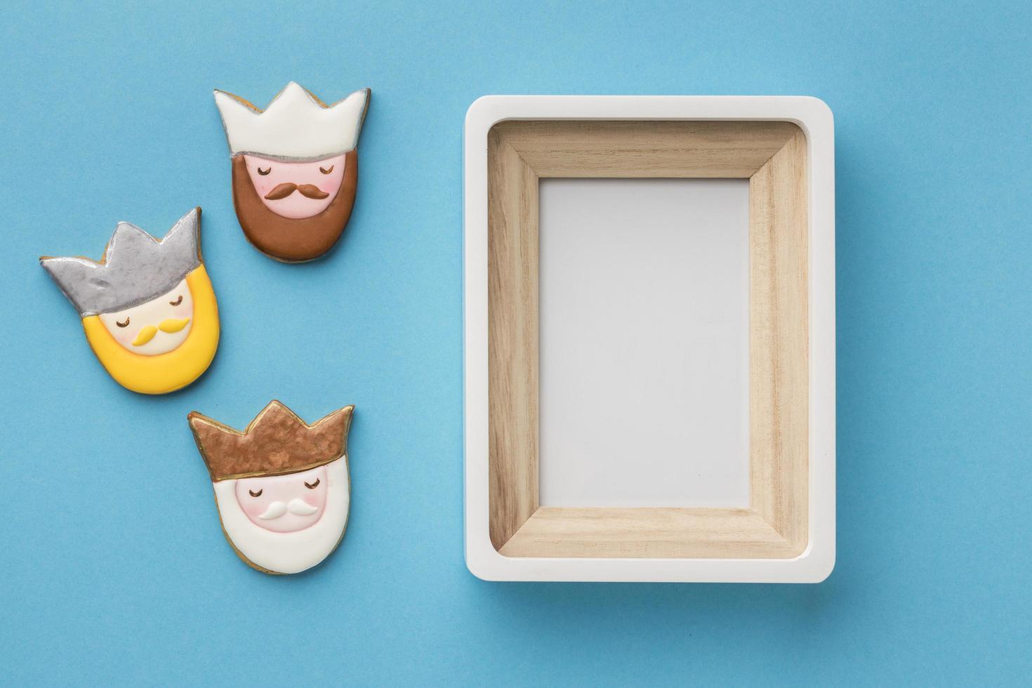 Galletas de tres reyes y marco de imagen en blanco foto