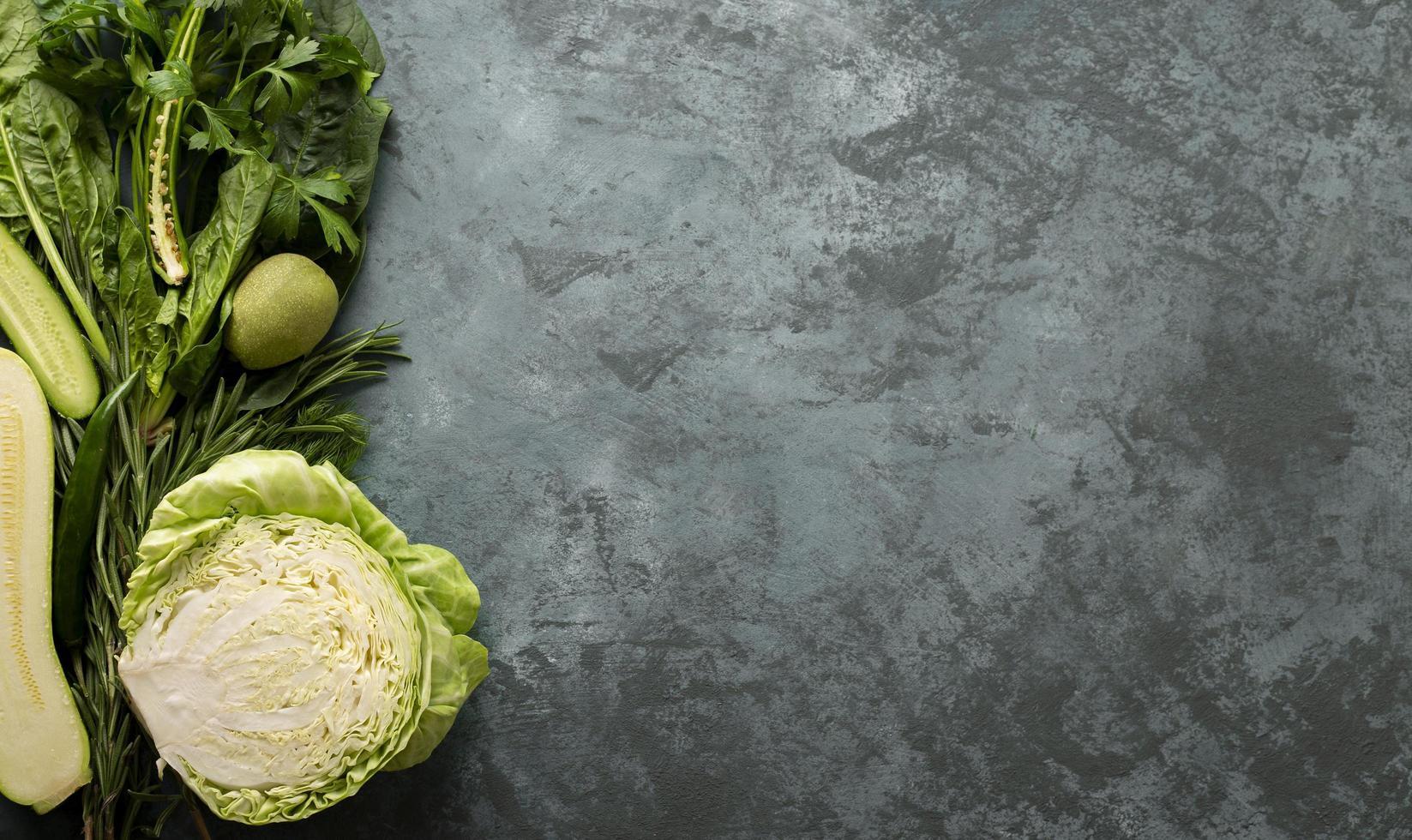 verduras verdes sobre hormigón foto