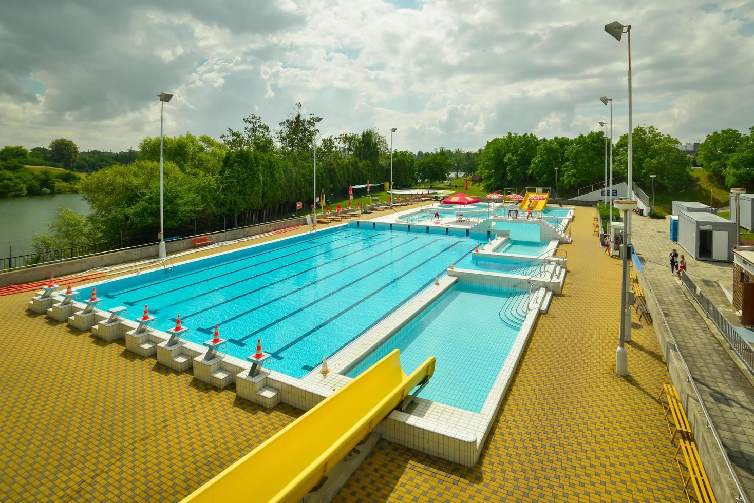 una gran piscina pública azul en la naturaleza foto