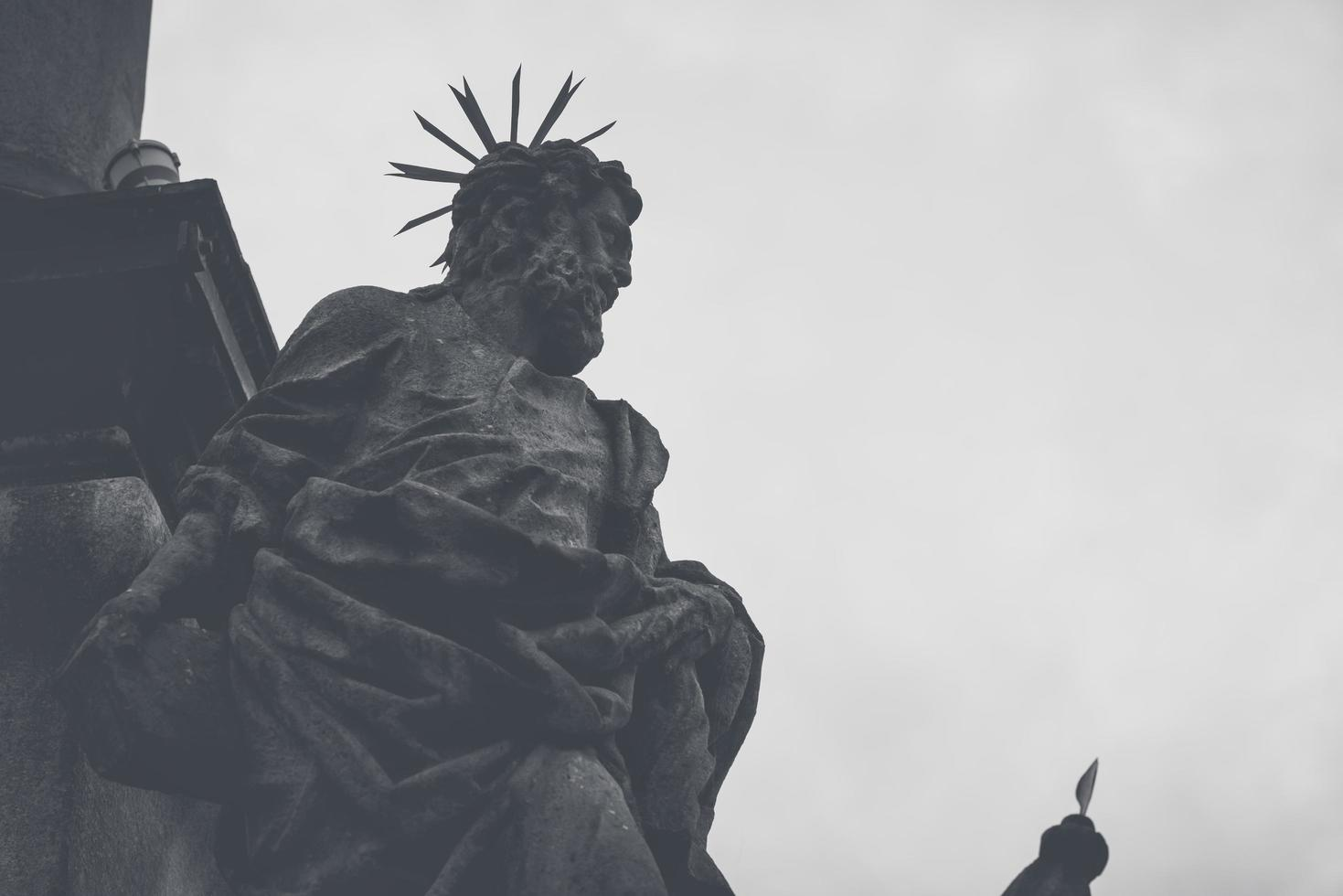Estatua en la columna de la peste en Cesky Krumlov, República Checa foto