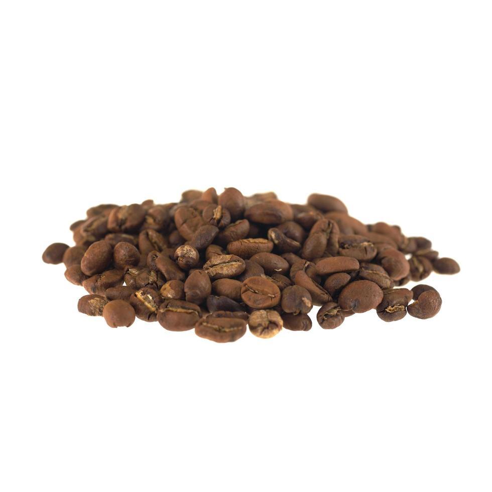 Granos de café tostados aislado sobre fondo blanco. foto
