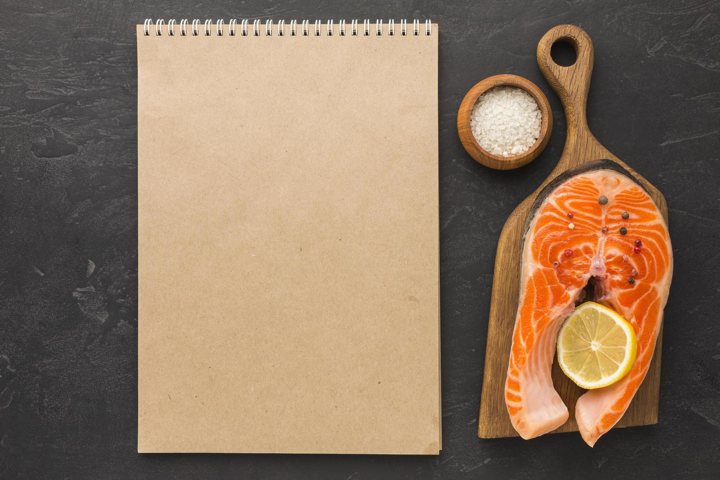 cuaderno vacío y salmón foto