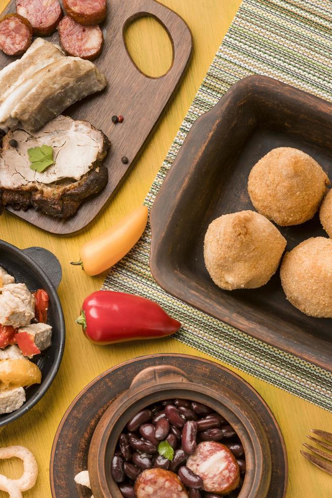 Vista superior sabrosa comida brasileña foto