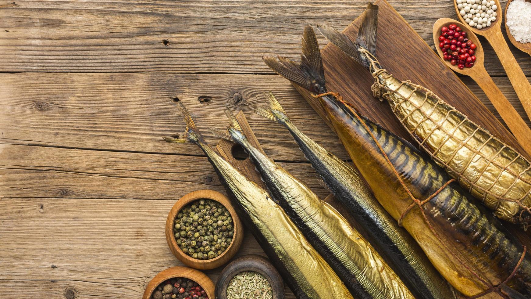 pescado ahumado en madera foto