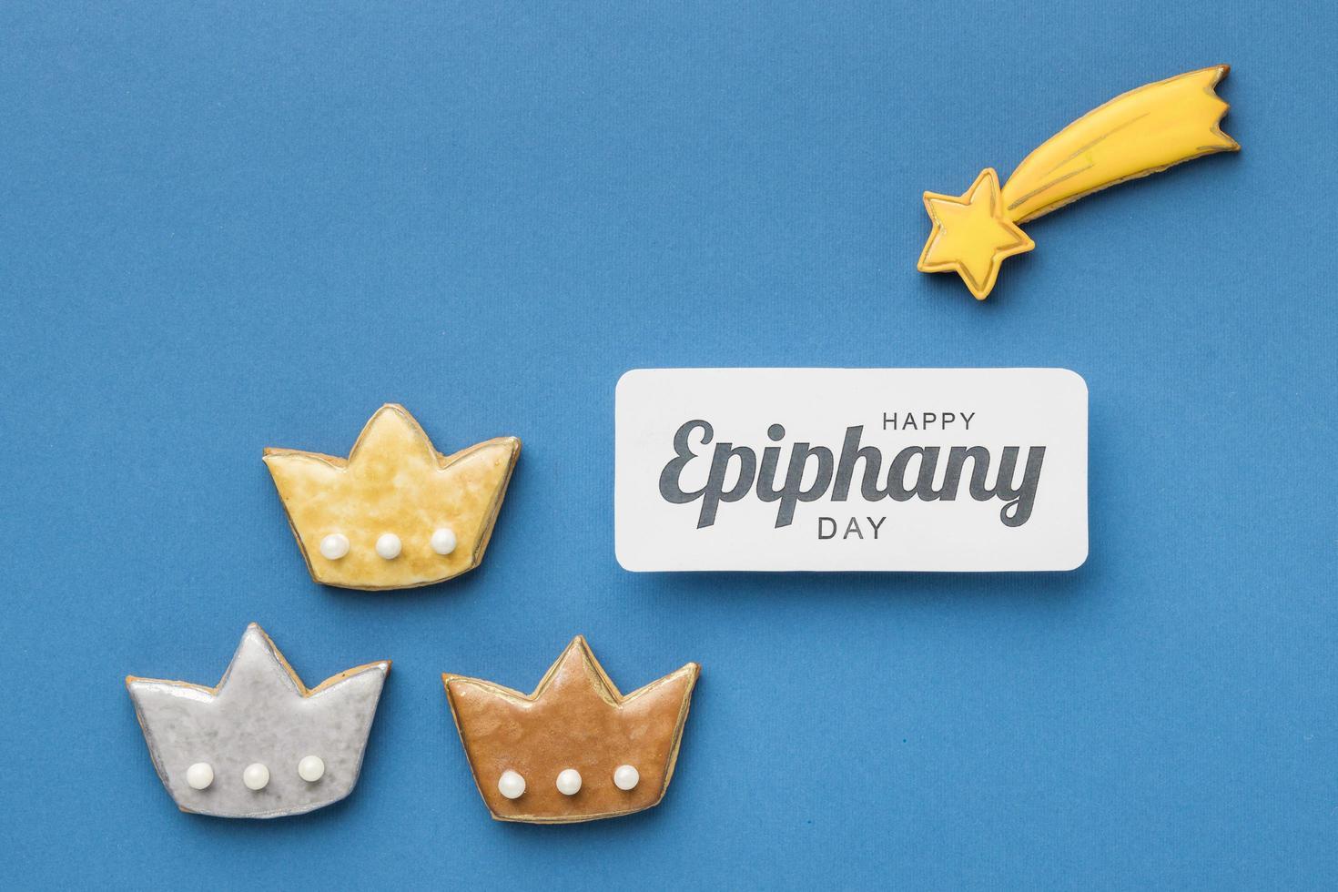 tres coronas con galletas de estrella fugaz para el día de la epifanía foto
