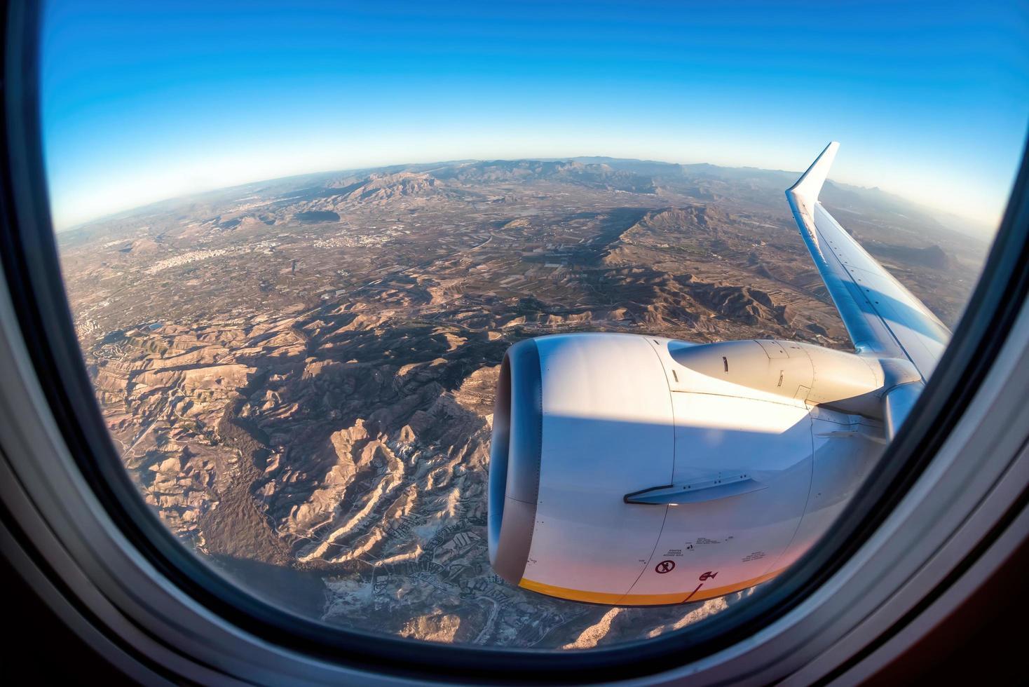 Una vista desde el asiento de la ventana despegando desde Alicante, España foto