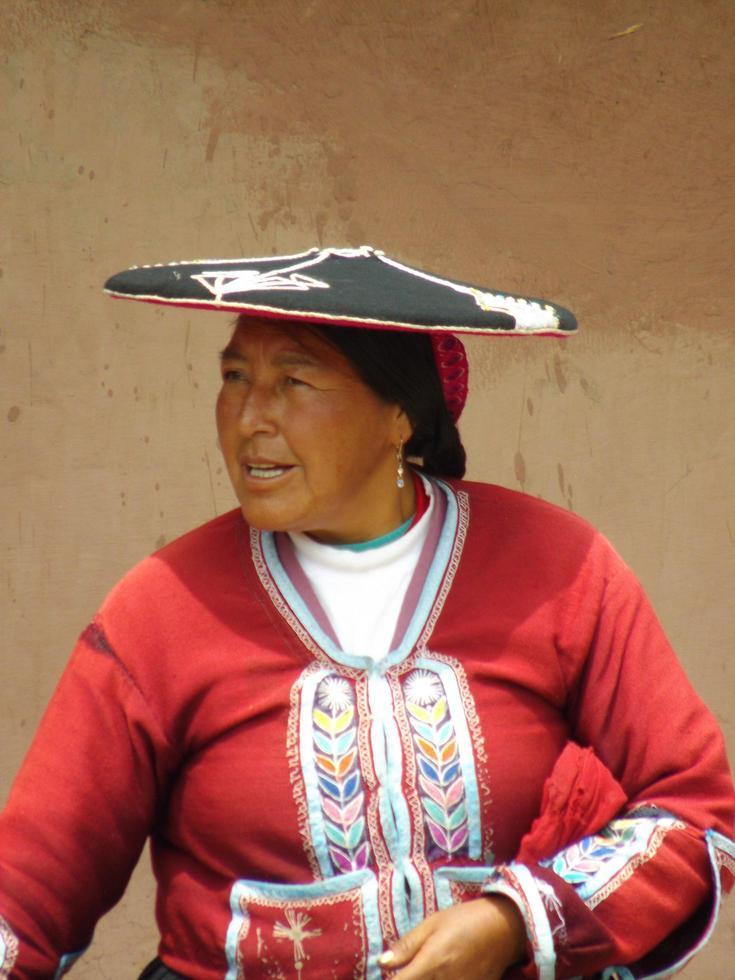 perú 2015 - mujer en vestimentas tradicionales en perú remoto foto