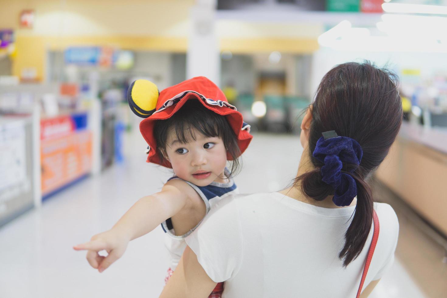 madre e hijo en un supermercado foto