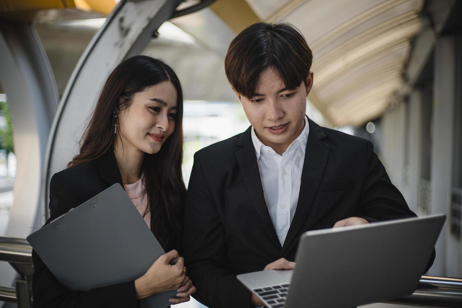 hombre y mujer mirando una laptop foto