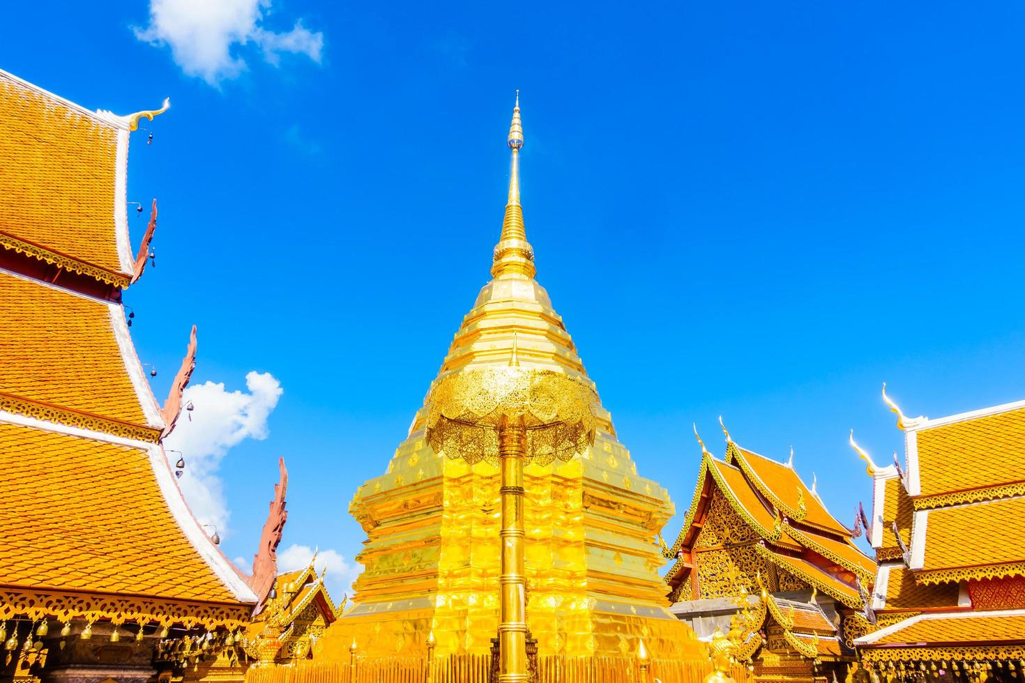 pagoda de oro en wat phrathat doi suthep, hito de chiangmai en tailandia foto