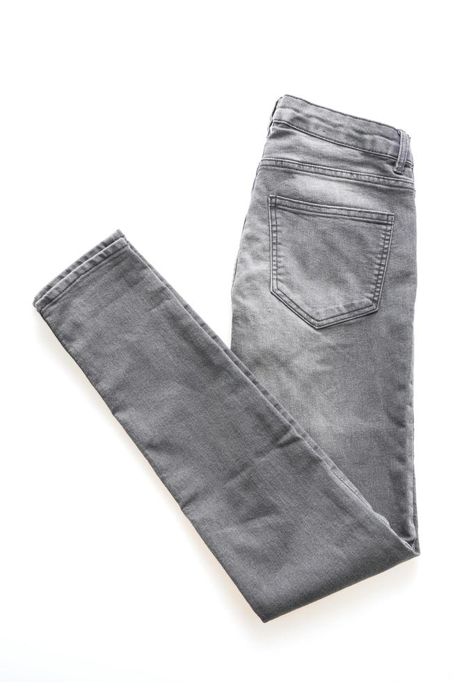 jeans grises sobre fondo blanco foto