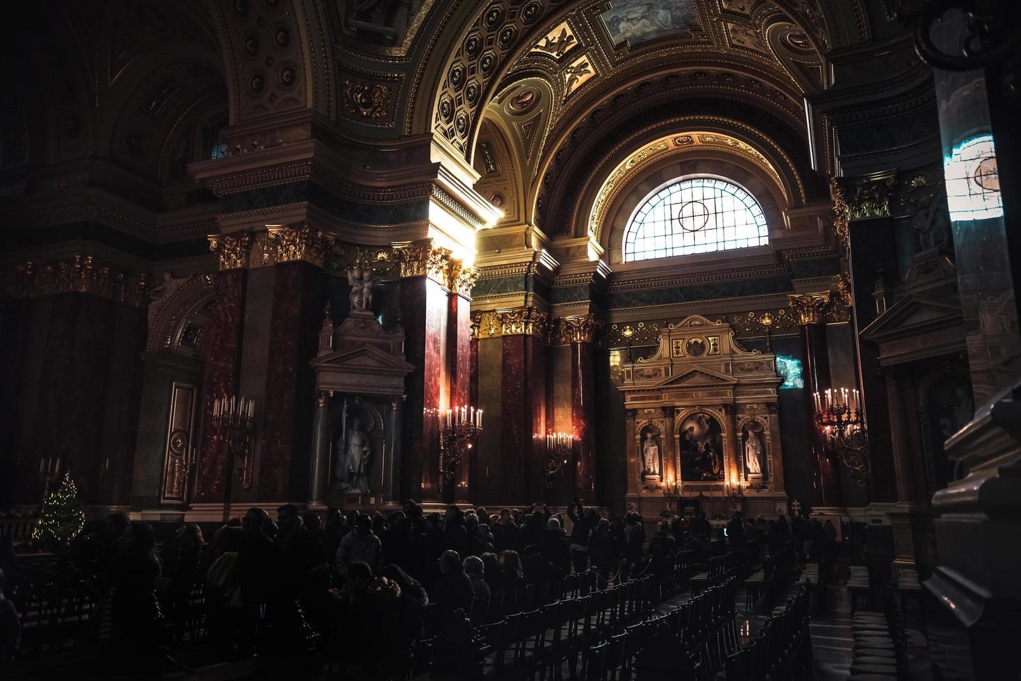 budapest 2019 - interior de st. basílica de stephen foto