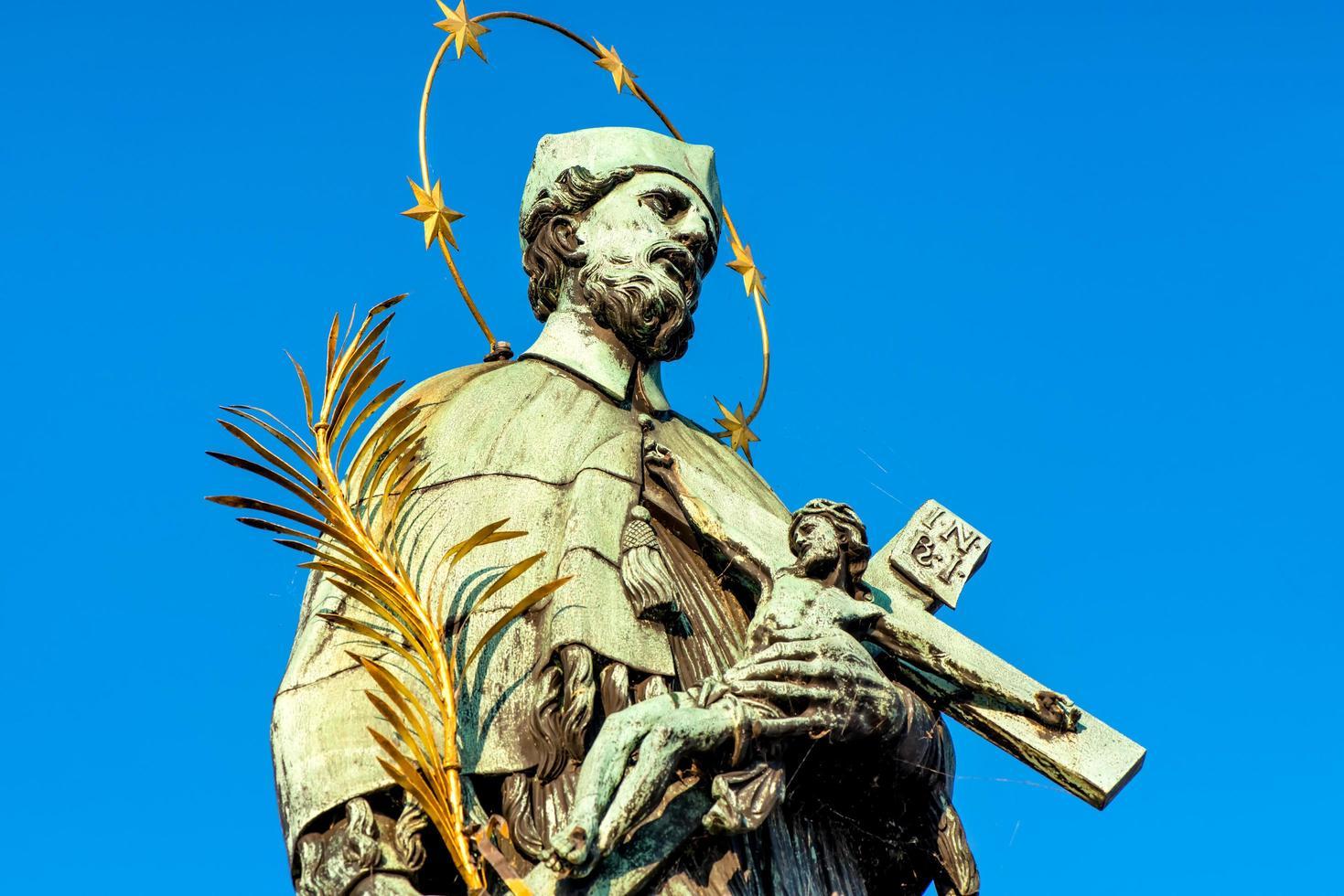 Estatua de San Juan Nepomuceno en el Puente de Carlos foto