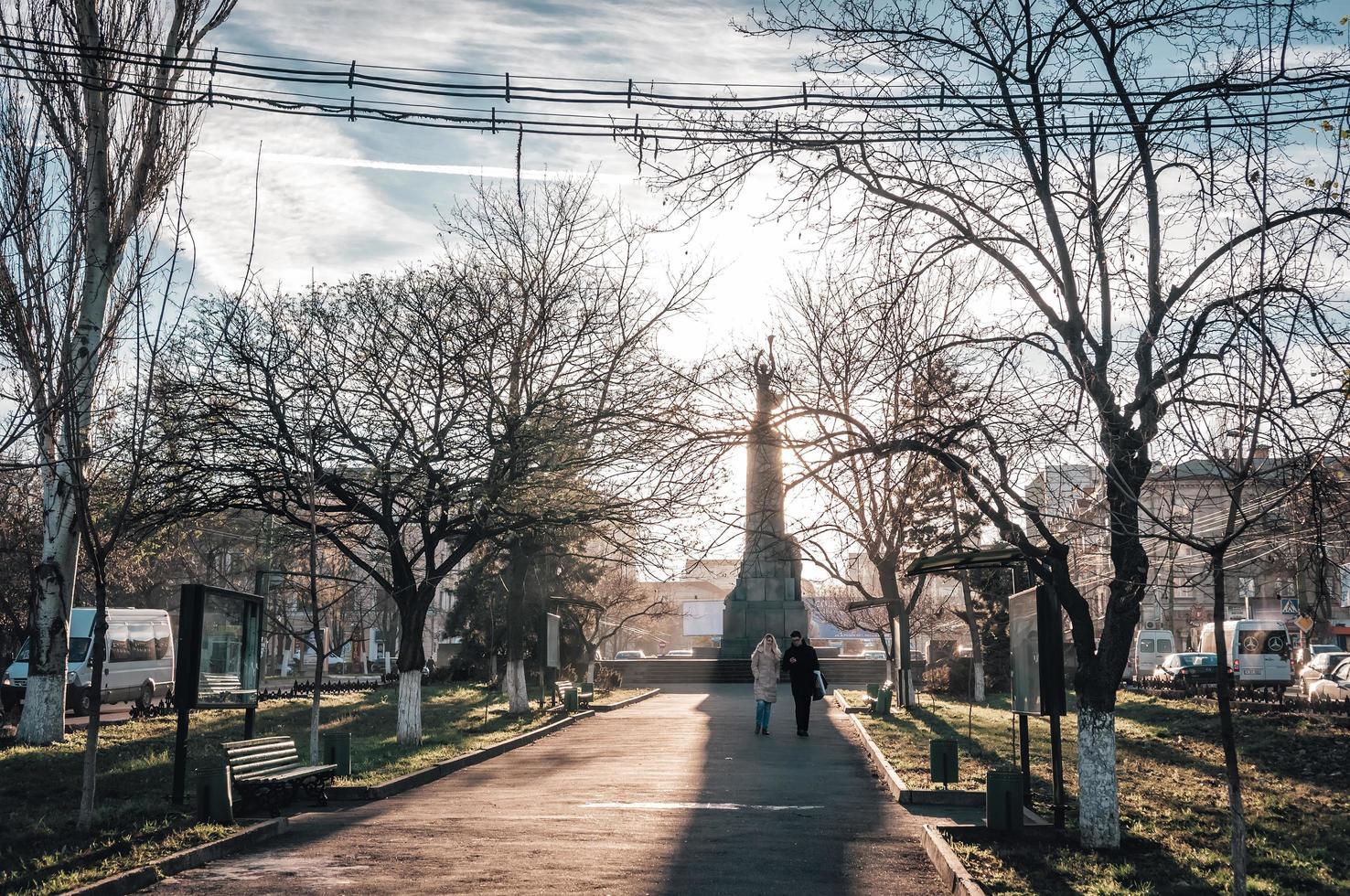Moldavia 2013: vista del bulevar grigore vieru mientras los turistas cruzan una sombra foto