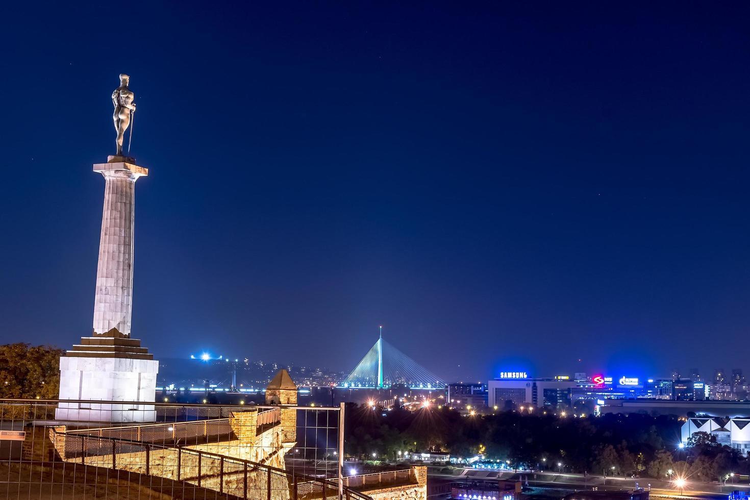serbia 2015-- belgrado visto de noche desde la fortaleza de kalemegdan foto