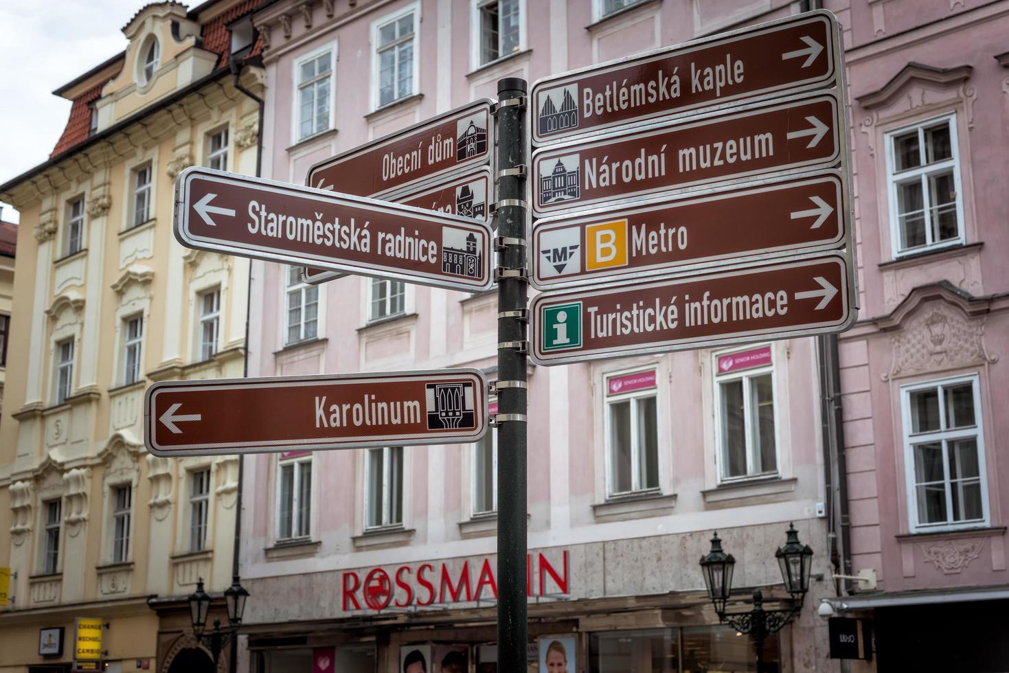 Praga, República Checa 2017 - cartel turístico que muestra las direcciones a las atracciones populares foto
