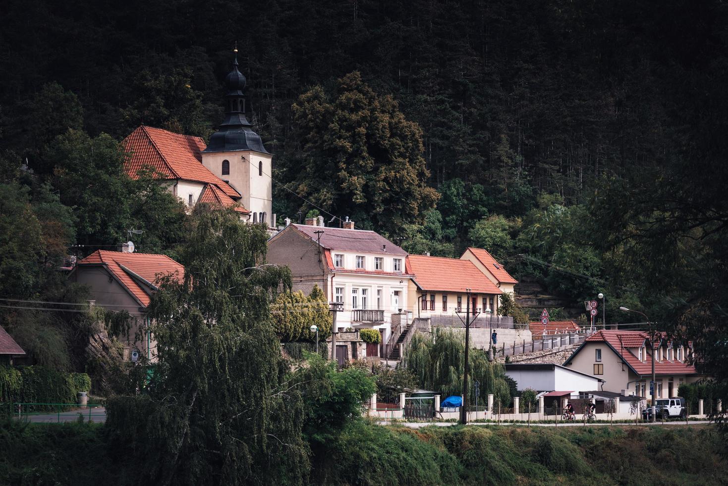 república checa 2016 - vista del pueblo de karlstejn foto